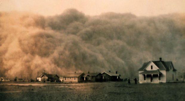 A dust storm approaches Stratford, Texas, in 1935.